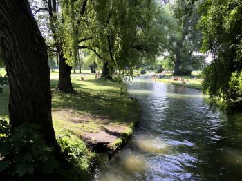 Das Lieblingshobby der Münchner im Sommer: Im englischen Garten liegen und die Füße in den kühlen Bach strecken.
