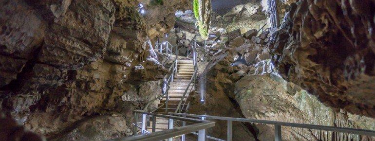 Treppenaufgang in die Erdmannshöhle Hasel