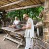 Alte Handwerksberufe wie Korbflechter, Schmiede, Steinsetzer und Mörtelmischer sind am Burgbau beteiligt.