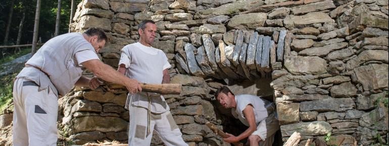 Wie funktioniert ein Kalkbrennofen? Antworten auf diese und andere Fragen gibt es auf der Burgbaustelle in Friesach.