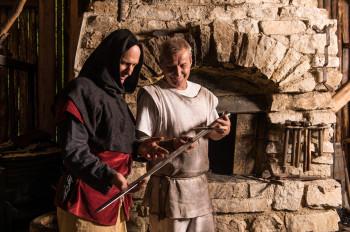 Den Prozess vom Metall zum fertigen Schwert können Besucher der Burgbaustelle in Friesach verfolgen.