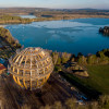 Die Erlebnis Holzkugel liegt direkt am Steinberger See.