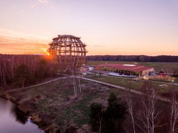 Erlebnis Holzkugel bei Sonnenuntergang