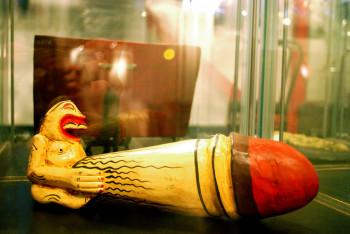 Die Exponate reichen von Artefakten früher Kulturen bis hin zu modernen Artikeln über die Sex-Skandale der Promis.