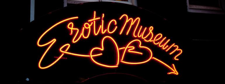Das Erotikmuseum ist schon von Weitem am Neonschild über dem Eingang zu erkennen.
