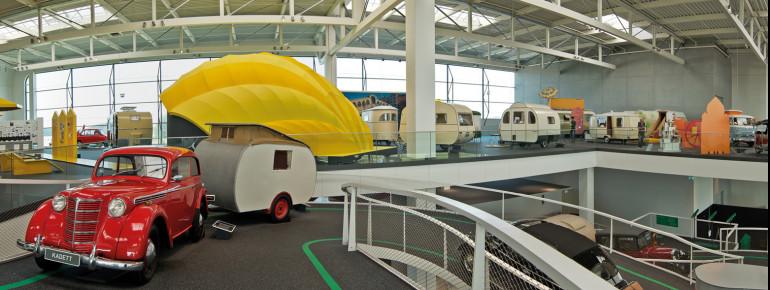 Am Beispiel von 80 historischen Fahrzeugen wird gezeigt, wie die Idee des mobilen Reisens Fahrt aufnahm.