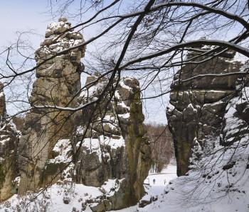 Auch im Winter bei Schnee lohnt sich ein Ausflug zu den Externsteinen.