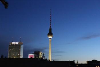 Nächtlicher Blick auf den Fernsehturm in Berlin aus Richtung Prenzlauer Berg