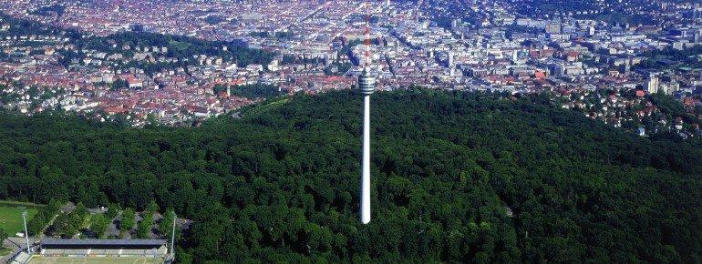 Als eins der Wahrzeichen der Baden-Württembergischen Landeshauptstadt gilt der Fernsehturm Stuttgart im Süden der Stadt.