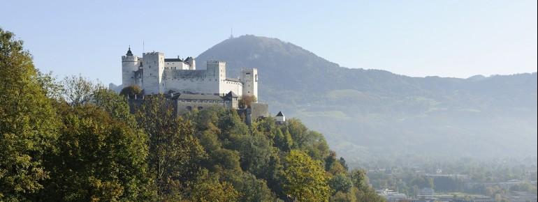 Die Festung Hohensalzburg liegt oberhalb der Stadt auf dem Mönchsberg.
