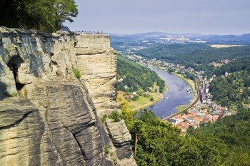 Von der Festung aus blickst du auf den Ort Königstein in der Sächsichen Schweiz.