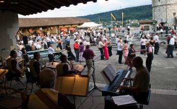 In den Sommermonaten kannst du auf der Munot zu Live-Musik das Tanzbein schwingen.