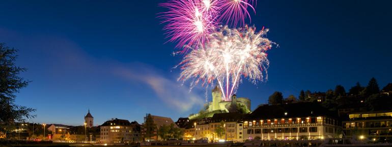 Ein farbenfrohes Feuerwerk gibt es an Silvester.