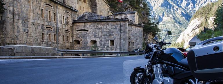 Die Festung liegt direkt an der Reschen Straße.