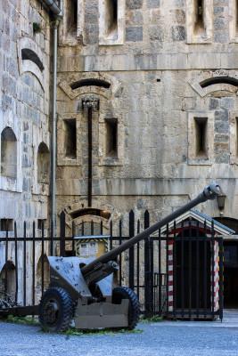 Auch eine alte Kanone gibt es an der Festung noch zu sehen.