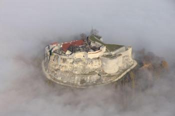 Die Burgruine befindet sich auf einem Kalkfelsen.