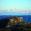 Die Ruine liegt auf einem Hügel mit einem tollen Alpenpanorama im Hintergrund.