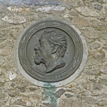 Zwei Medaillons an der Innenwand des Zeughauses erinnern an den Dichter Joseph Viktor von Scheffel und an den Reichskanzler Otto von Bismarck.