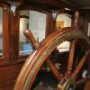 Stelle dich selbst ans Steuer eines Dampfers und erlebe die Geschichte des Hafens hautnah.