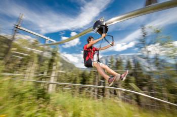 Im Flying Coaster sitzen die Wagemutigen in einem Sicherheitsgurt und sausen durch die Luft.