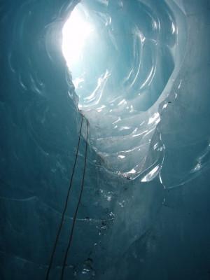 Tunnel im blauen Gletschereis