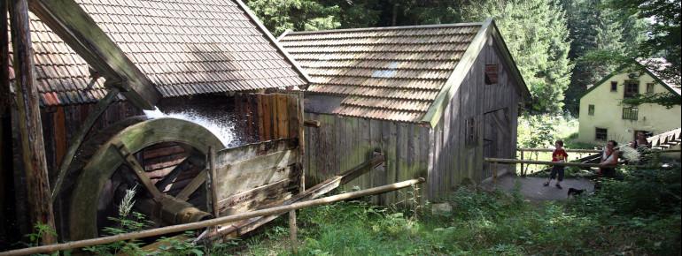 Die Wetzsteinmacherei aus Unterammergau wird mit einem Wasserrad angetrieben.