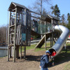 Für die kleinen Besucher gibt es auf dem Abenteuerspielplatz eine Kletterburg mit Rutsche.