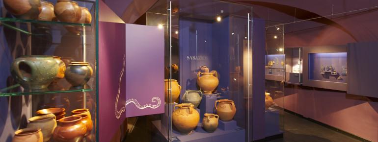 Im Kultraum der Römerabteilung sind auch Schlangengefäße ausgestellt.