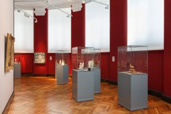 In einem Kabinett im Obergeschoss werden barocke Kunstwerke aus Elfenbein gezeigt.