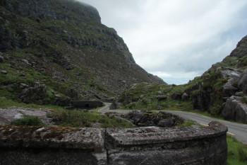 """Zwischen den ersten beiden Seen kommst du zu einer alten steinernen Bogenbrücke, genannt """"Wishing bridge""""."""