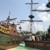 """Auf den Schiffen zeigen die Gardaland-Piraten täglich eine spannende Show mit Musik und Akrobatik. Unterhalb befindet sich die Attraktion """"I Corsari"""", bei der du dich auf einem unterirdischen Fluss auf ein düsteres Piraten-Abenteuer begibst."""
