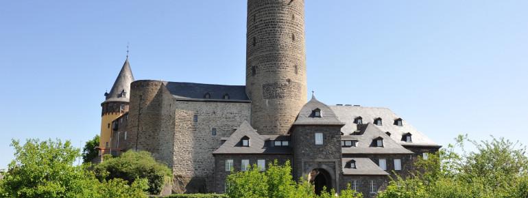 Die spätgotische Burg wurde im Jahre 1280 erbaut.
