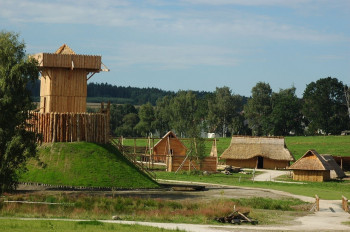 Das slawische Dorf aus dem Frühmittelalter. Links der Wachturm aus dem 11. Jahrhundert.