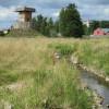 Der hölzerne Wachturm aus dem 11. Jahrhundert. Im Vordergrund fließt die Waldnaab.