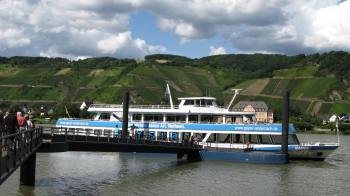 Mit dem Schiff fährst du vom Erlebniszentrum zum Geysir.