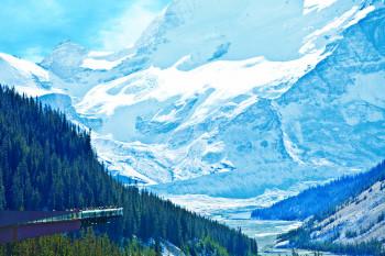Blick über das Sunwapta Valley und auf den Glacier Skywalk.