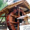 Blick auf das Wasserrad im Goldgräberdorf.