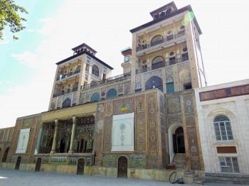 Außen ist der ehemalige Regierungspalast von Fliesenmosaiken bedeckt.