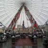 Ein Riesenrad während des Weihnachtsmarkts