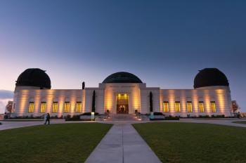 Das Gebäude des Griffith Observatory inmitten des Griffith Park