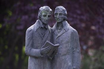 Vor dem Gebäude der nördlichen Torwache am Beginn der Wilhelmshöher Allee am Brüder Grimm Platz steht seit 1985 das Brüder Grimm-Denkmal.