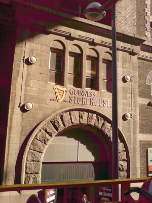 Der Eingang zum Guinness-Erlebnis