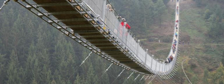 Die Hängelseilbrücke Geierlay ist jederzeit frei zugänglich.