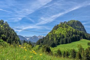 Die highline179 spannt sich quer über das Tal, in dem die B179 verläuft.