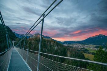 Da die Hängebrücke bis 22 Uhr geöffnet ist, kannst du hier den Sonnenuntergang beobachten.