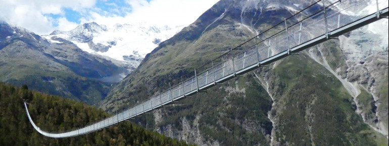 Die Hängebrücke kann bei Wind durchaus stark schwanken.
