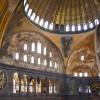 Der Innenraum ist unter anderem mit religiösen Mosaiken geschmückt.