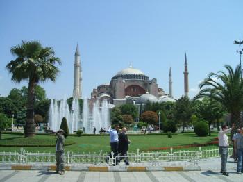 Mit ihrer einzigartigen Architektur ist die Hagia Sophia ein wichtiges Wahrzeichen Istanbuls.