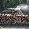 Schon von Weitem riecht man hier den typischen Holzkohlegeruch