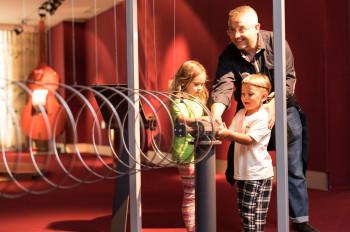 Experimentieren können Kinder an vielen Stationen im Science Center.